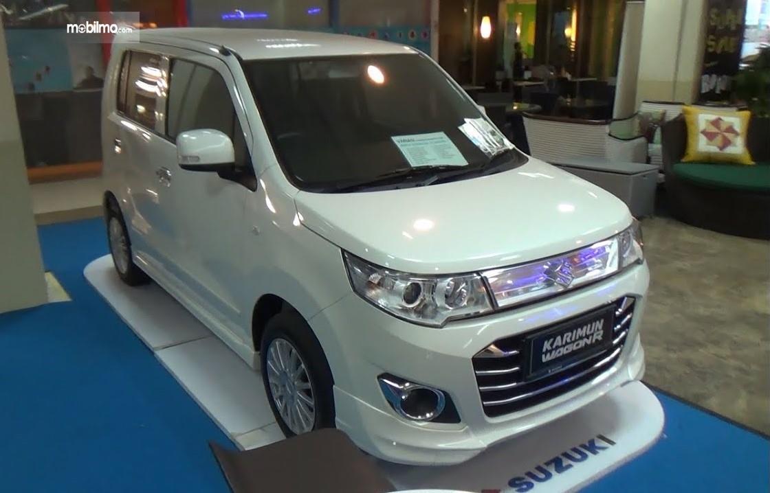 Foto menunjukkan Suzuki Wagon R 2015 tampak dari samping depan