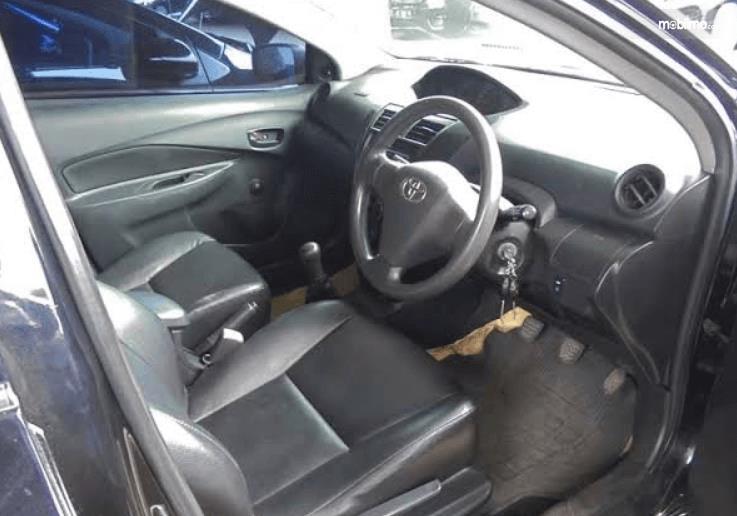 Gambar ini menunjukkan interior mobil bekas taksi