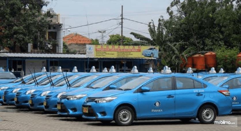 Gaambar ini menunjukkan mobil taksi dengan diparkir berjejer
