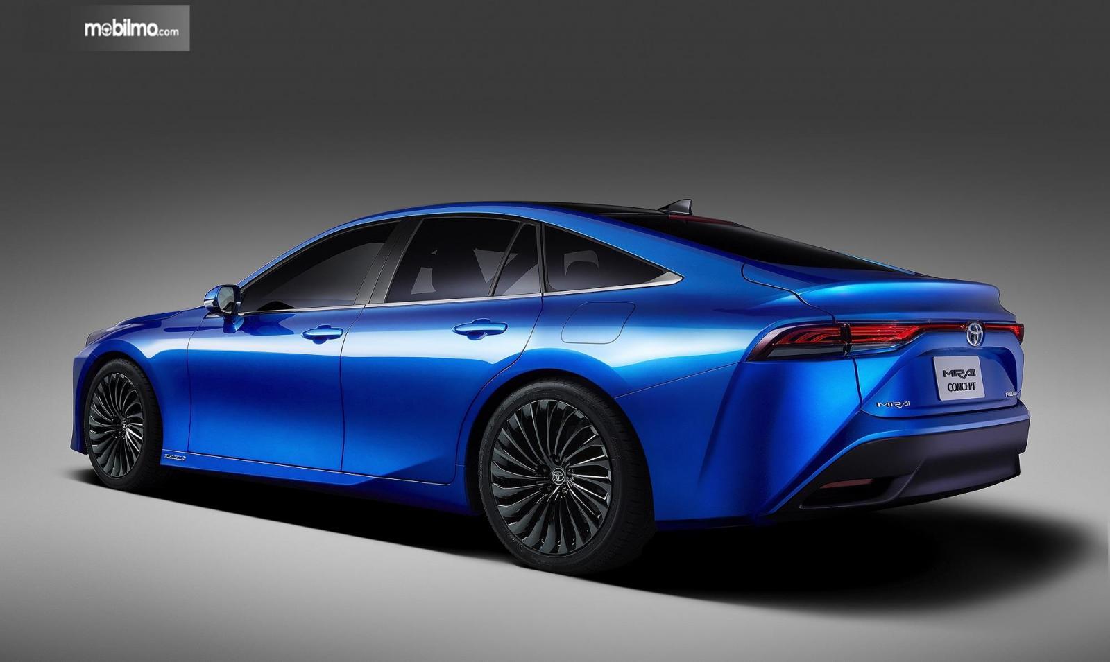 Foto menunjukkan Toyota Mirai Concept 2021 tampak dari samping belakang