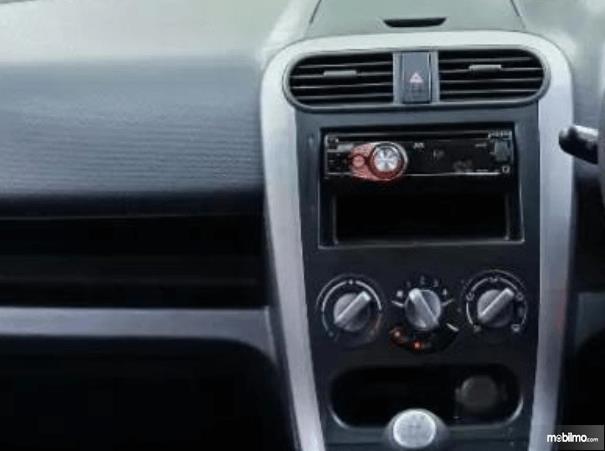 Gambar ini menunjukkan head unit di dashboard Suzuki Splash 2010