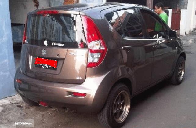 Gambar ini menunjukkan bagian belakang dan samping kanan Suzuki Splash 2010