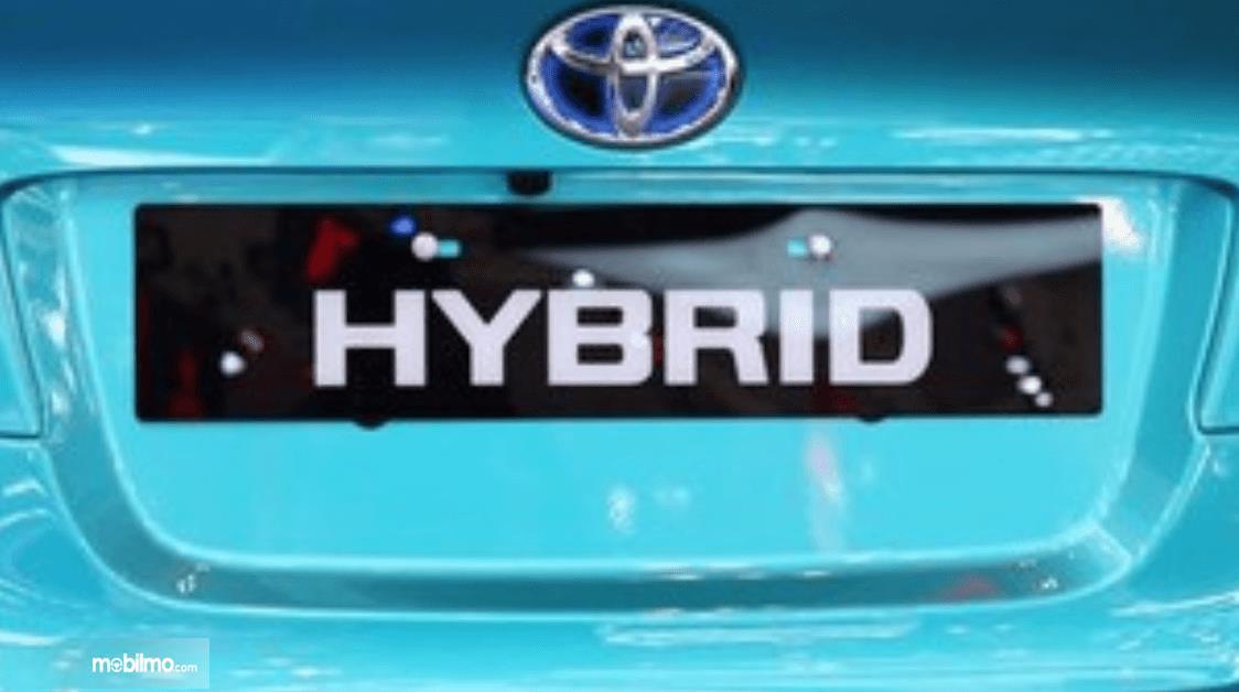 gambar ini menunjukkan logo mobil Toyota dengan tulisan Hybrid
