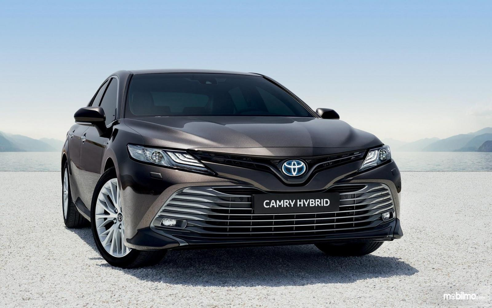 Foto Toyota Camry Hybrid 2019 tampak depan