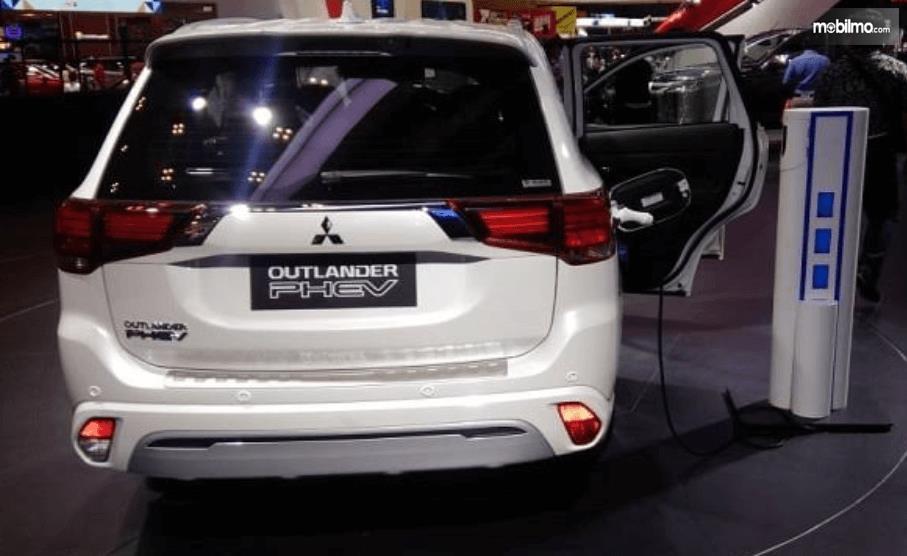 Gambar ini menunjukkan pameran Mitsubishi otlander PHEV sedang diisi daya