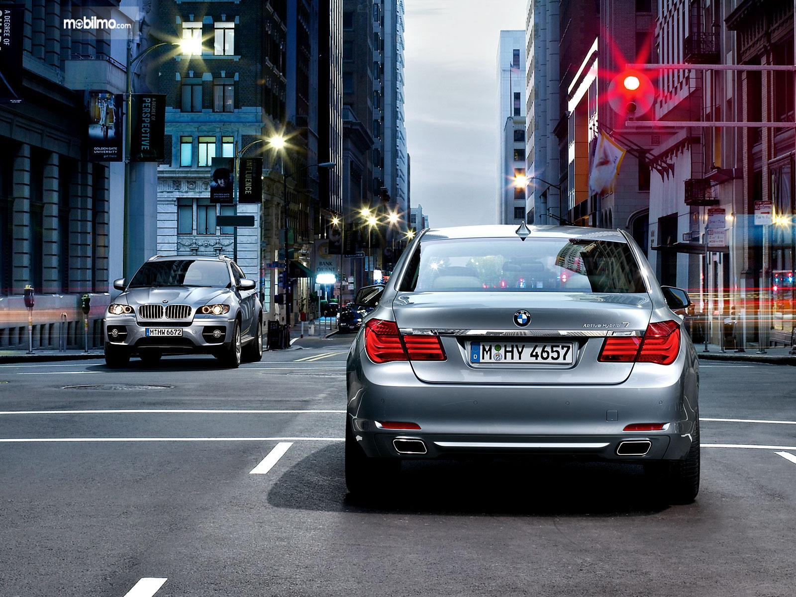 Foto mobil BMW Berhenti di lampu merah