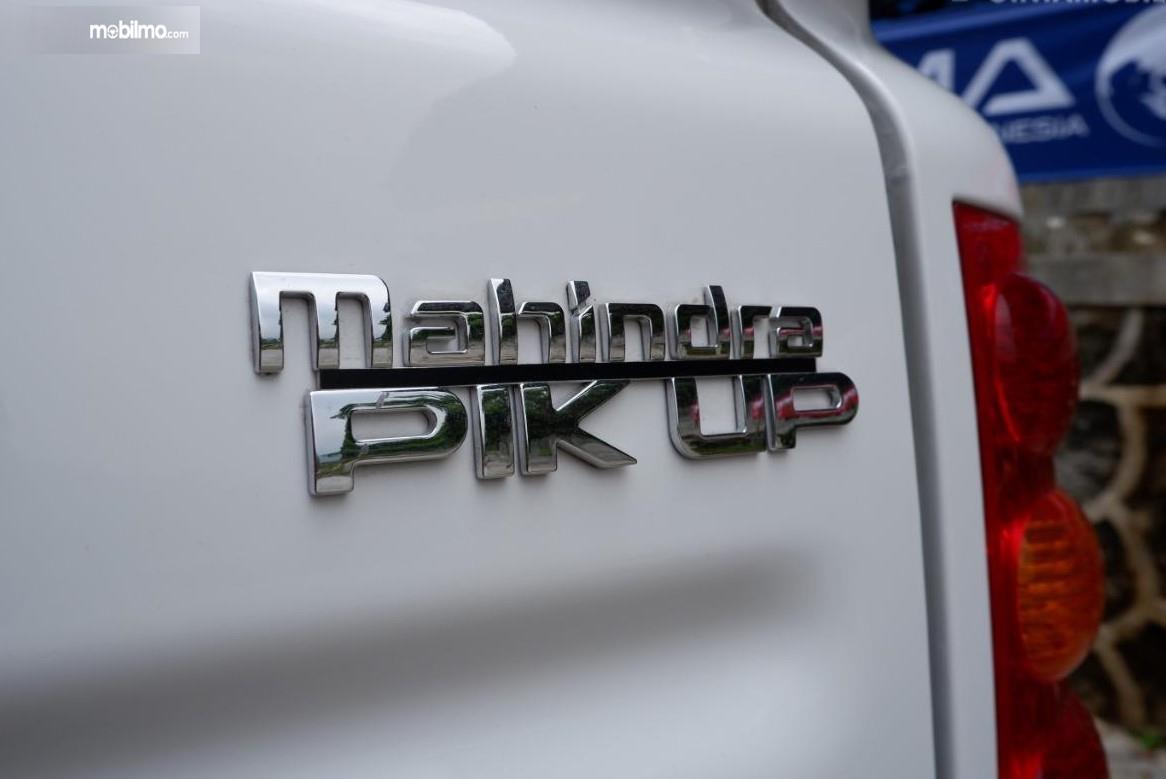 Foto menunjukkan Emblem Mahindra Pik Up