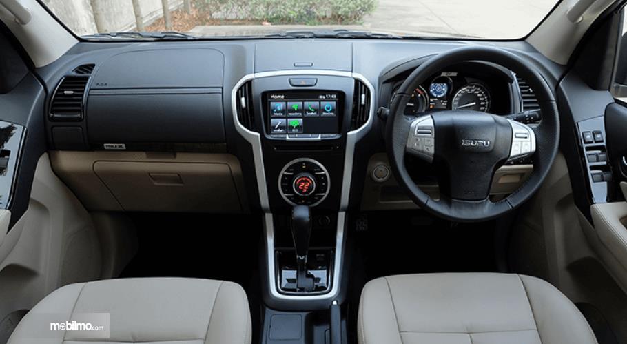 Gambar ini menunjukkan dashboard mobil Isuzu MU-X 2017