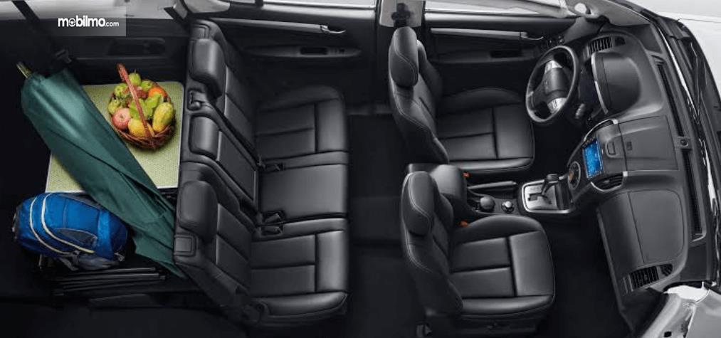 Gambar ini menunjukkan jok mobil Isuzu MU-X 2017 dengan barang di belakang