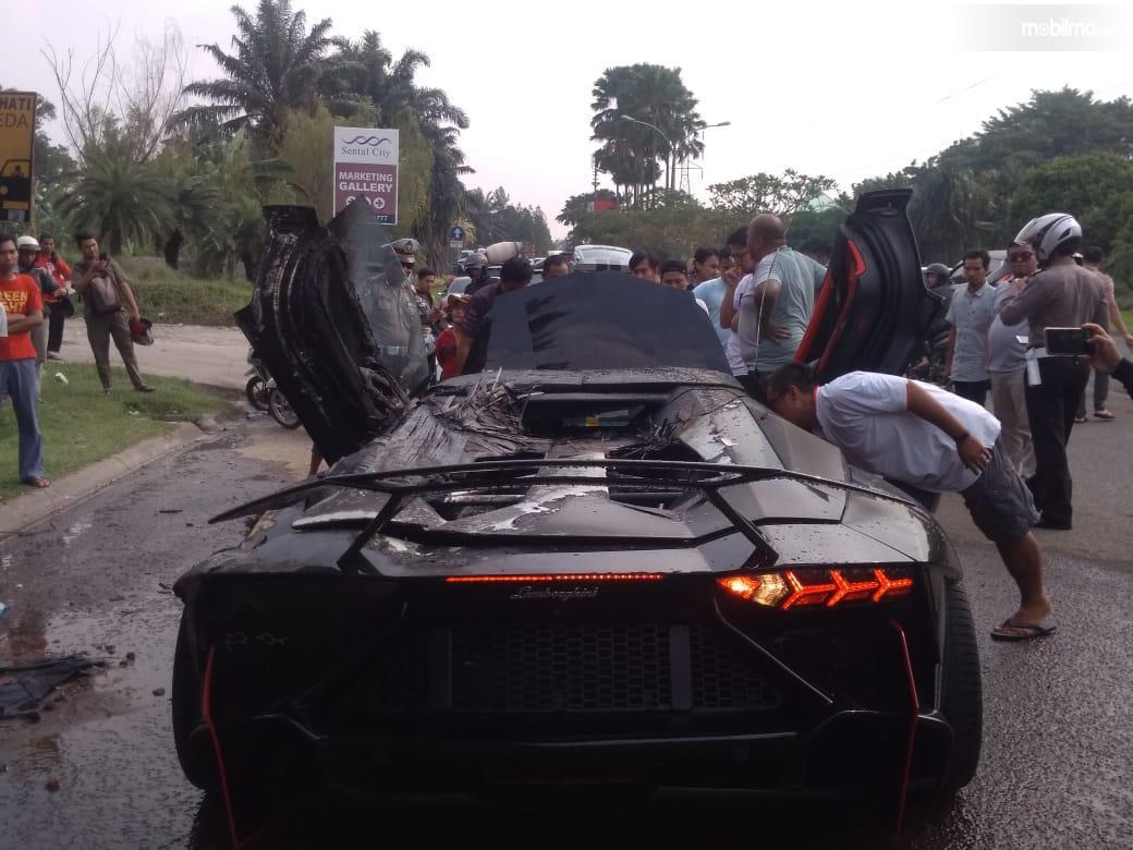Lamborghini Aventador milik Raffi Ahmad terbakar hebat