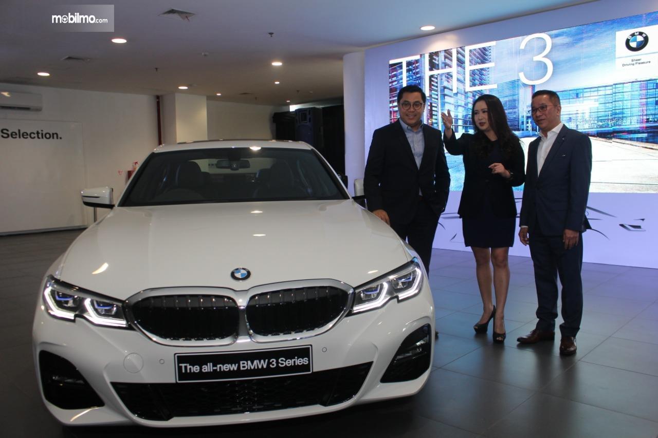 Gambar menunjukkan BMW 330i M Sport 2019