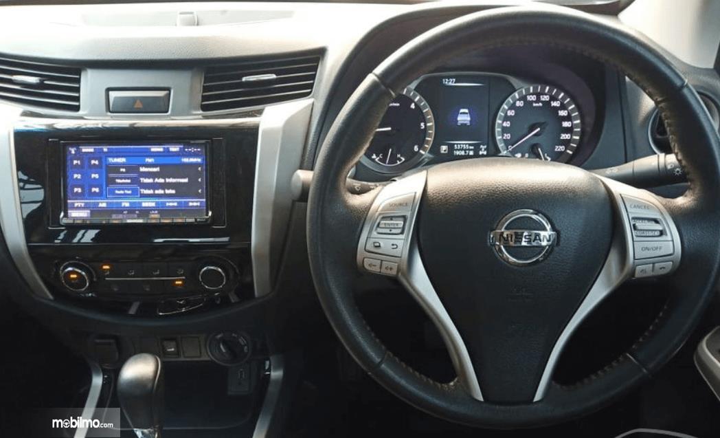 Gambar ini menunjukkan fitur hiburan pada Nissan Navara 2015