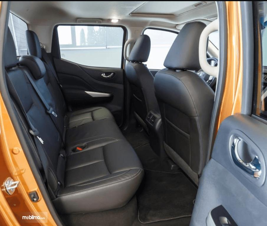Gambar ini menunjukkan jok mobil Nissan Navara 2015