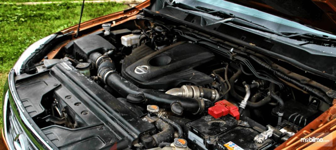 Gambar ini menunjukkan mesin mobil Nissan Navara 2015
