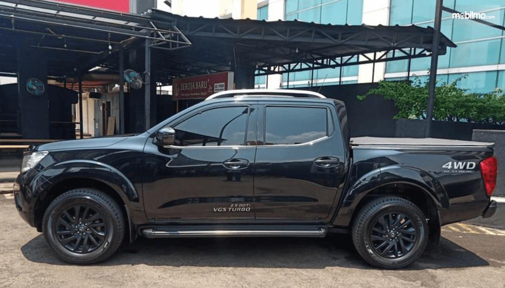 Gambar ini menunjukkan bagian samping mobil Nissan Navara 2015