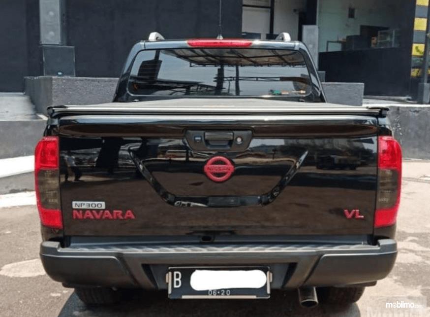 Gambar ini menunjukkan belakang mobil Nissan Navara 2015