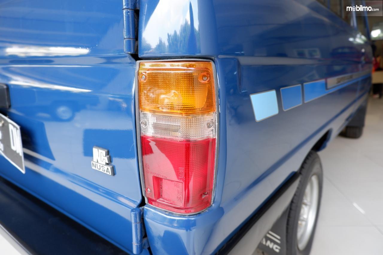 Gambar menunjukkan Lampu belakang Toyota Kijang generasi ke III