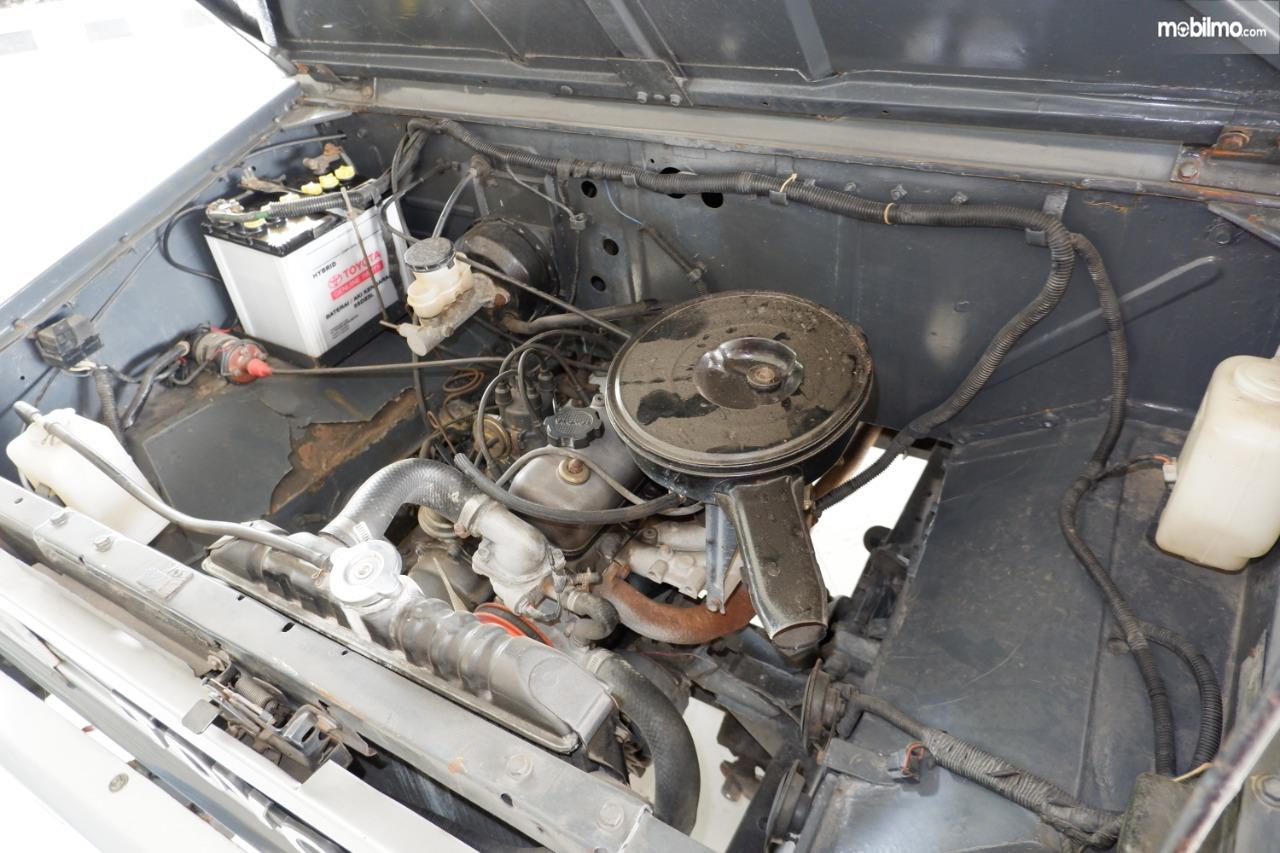 Gambar menunjukkan Ruang mesin Toyota Kijang generasi ke II