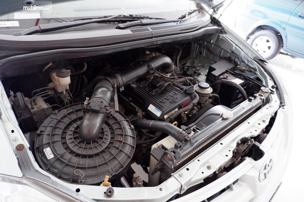 Gambar menunjukkan mesin Toyota Kijang Innova 2.0 V AT 2004