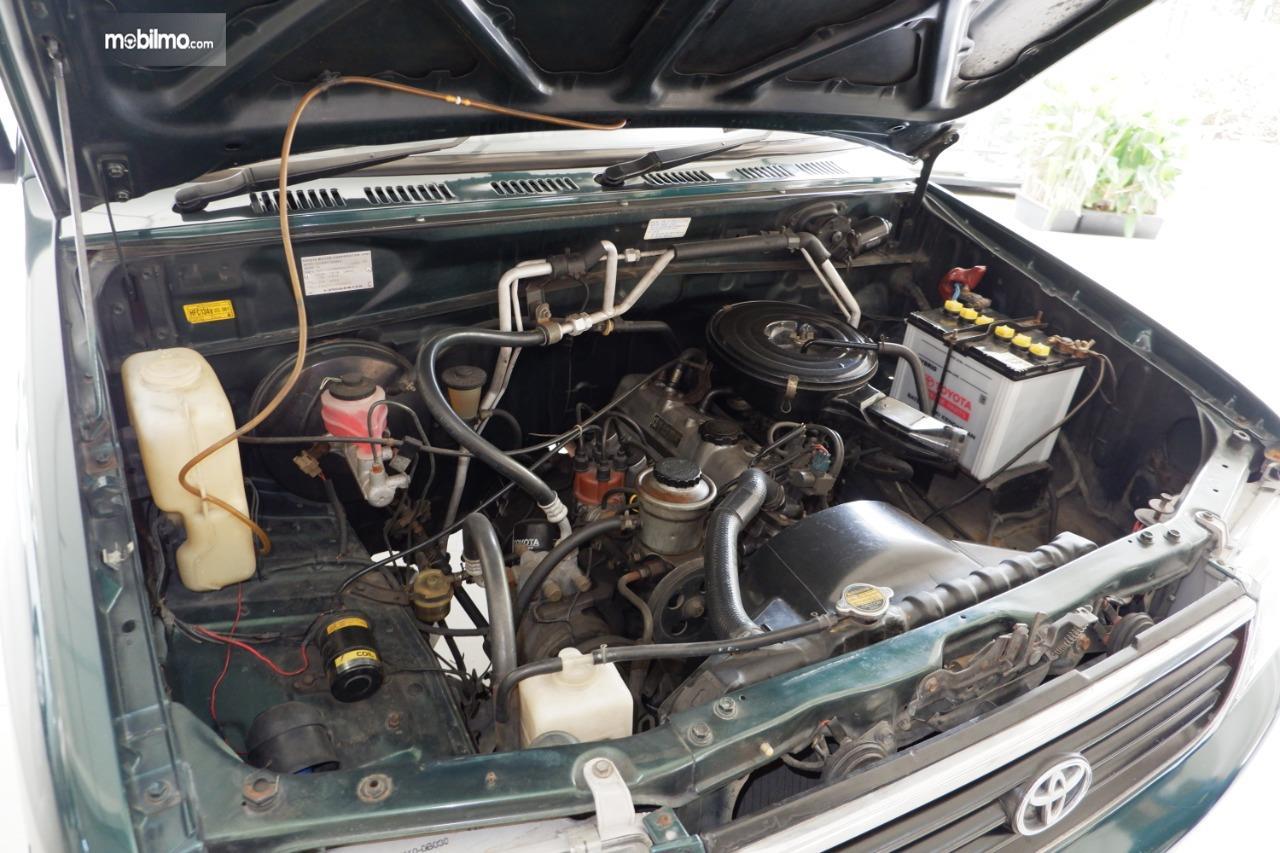 Gambar menunjukkan mesin Toyota Kijang Kapsul 7K-E