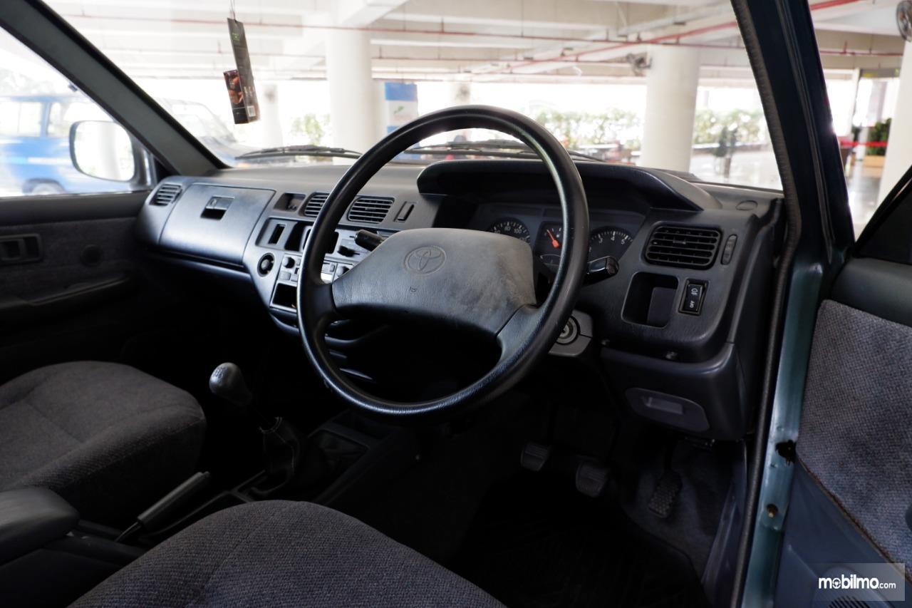 Gambar menunjukkan Interior Toyota Kijang generasi ke IV