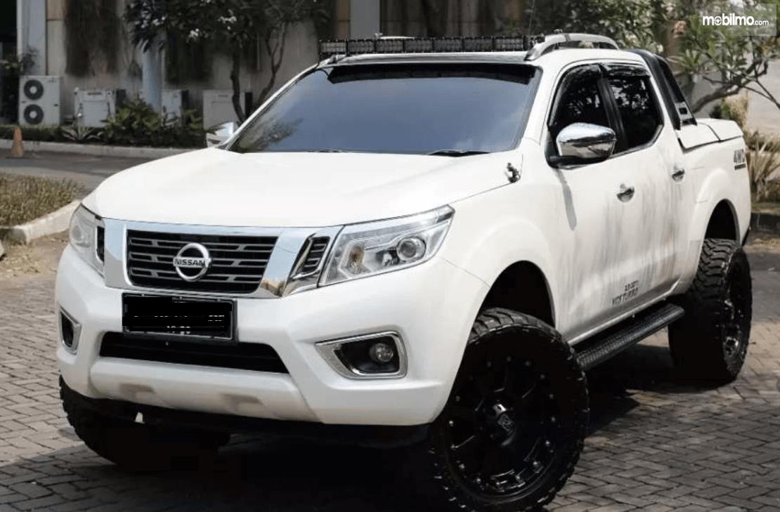 Gambar ini menunjukkan bagian depan mobil Nissan Navara 2015