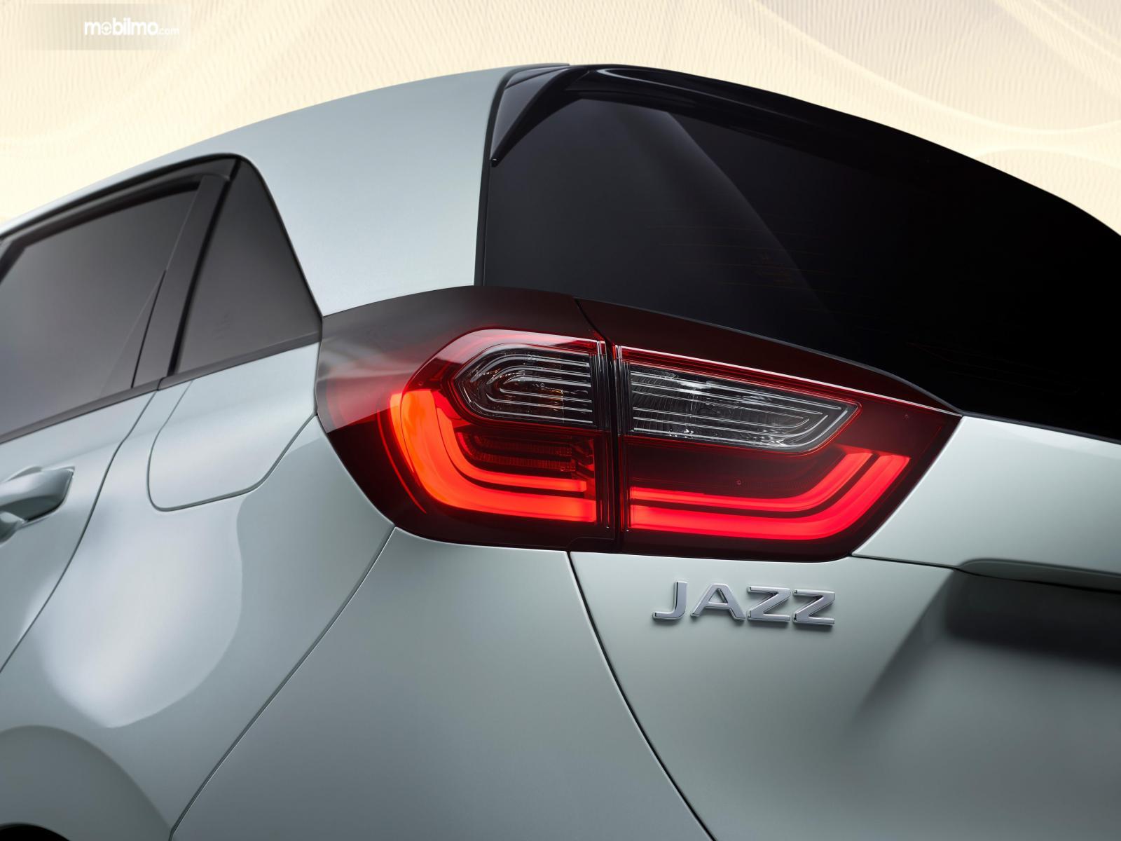 Gambar menunjukkan lampu belakang mobil Honda Jazz 2020