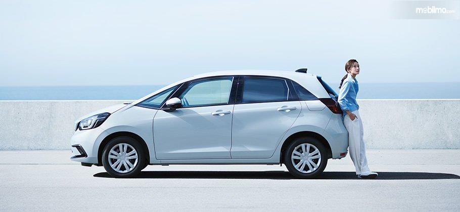Gambar menunjukkan tampilan samping All New Honda Jazz 2020