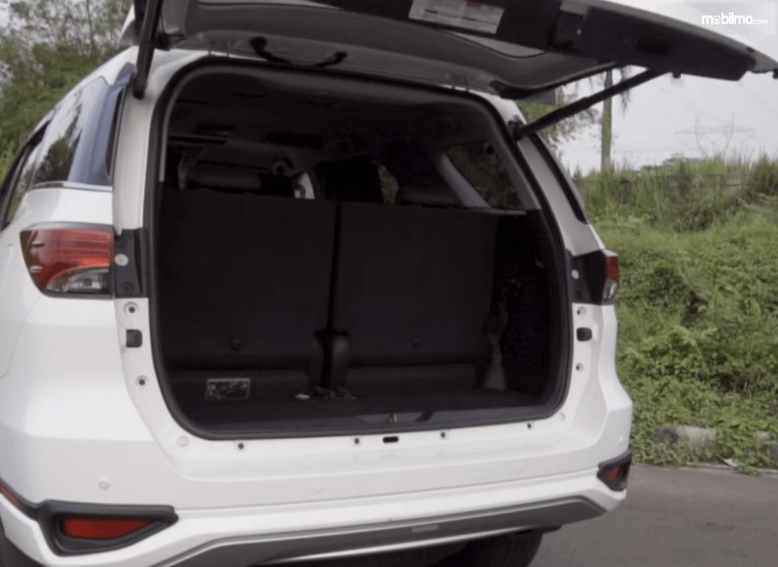 Gambar ini menunjukkan bagasi mobil Toyota Fortuner 2017