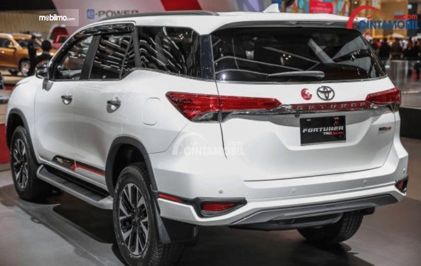 Gambar ini menunjukkan bagian belakang Toyota Fortuner 2017
