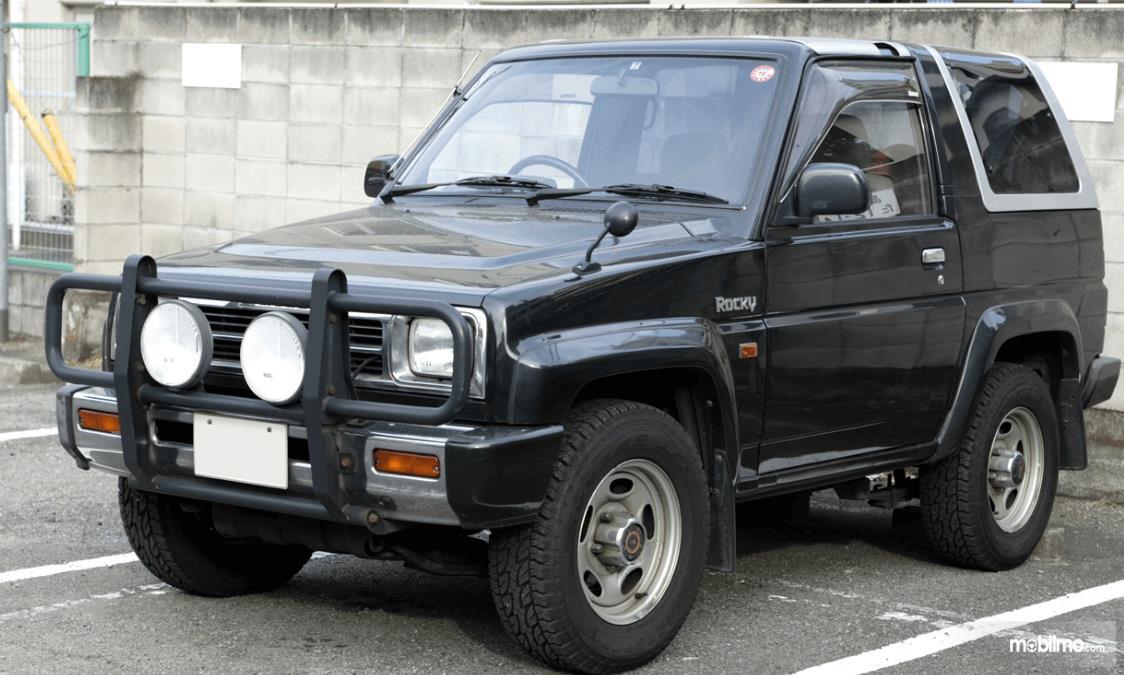 gambar ini menunjukkan Daihatsu Rocky keluaran lama