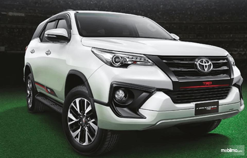 Gambar ini menunjukkan bagian depan mobil Toyota Fortuner 2017