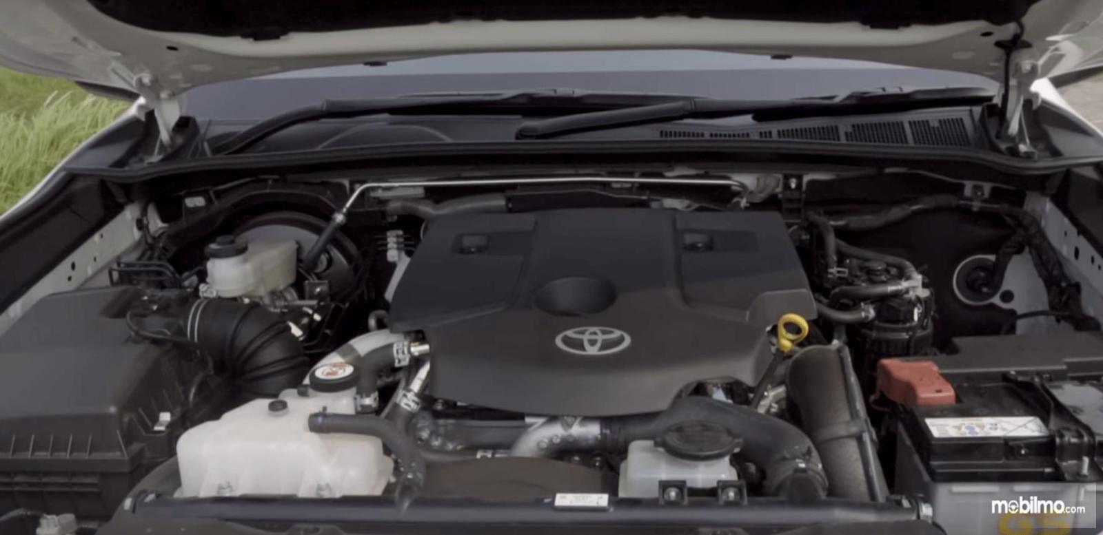 Gambar ini menunjukkan mesin mobil Toyota Fortuner 2017