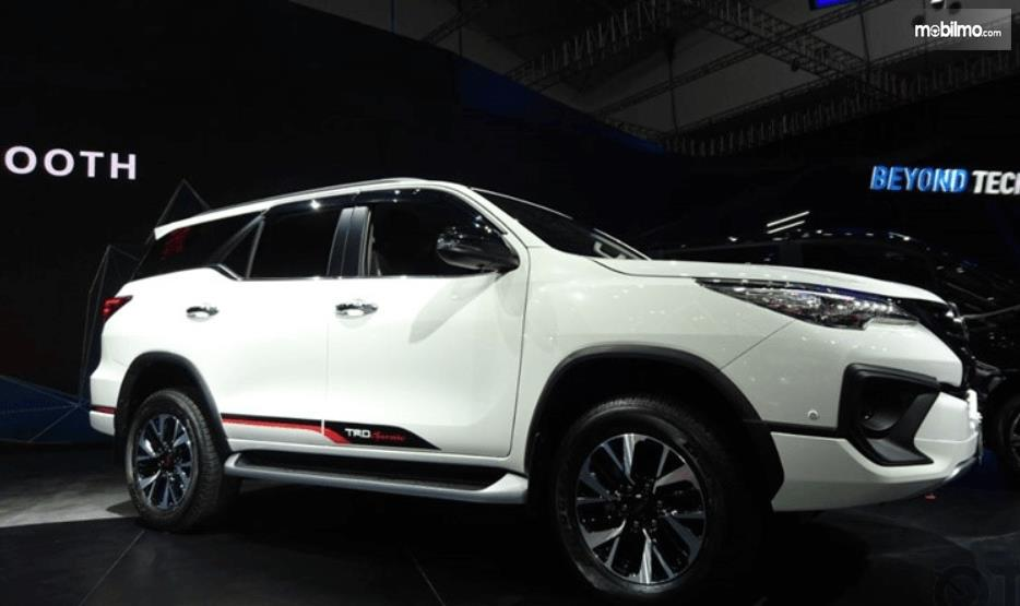 Gambar ini menunjukkan bagian samping mobil Toyota Fortuner 2017