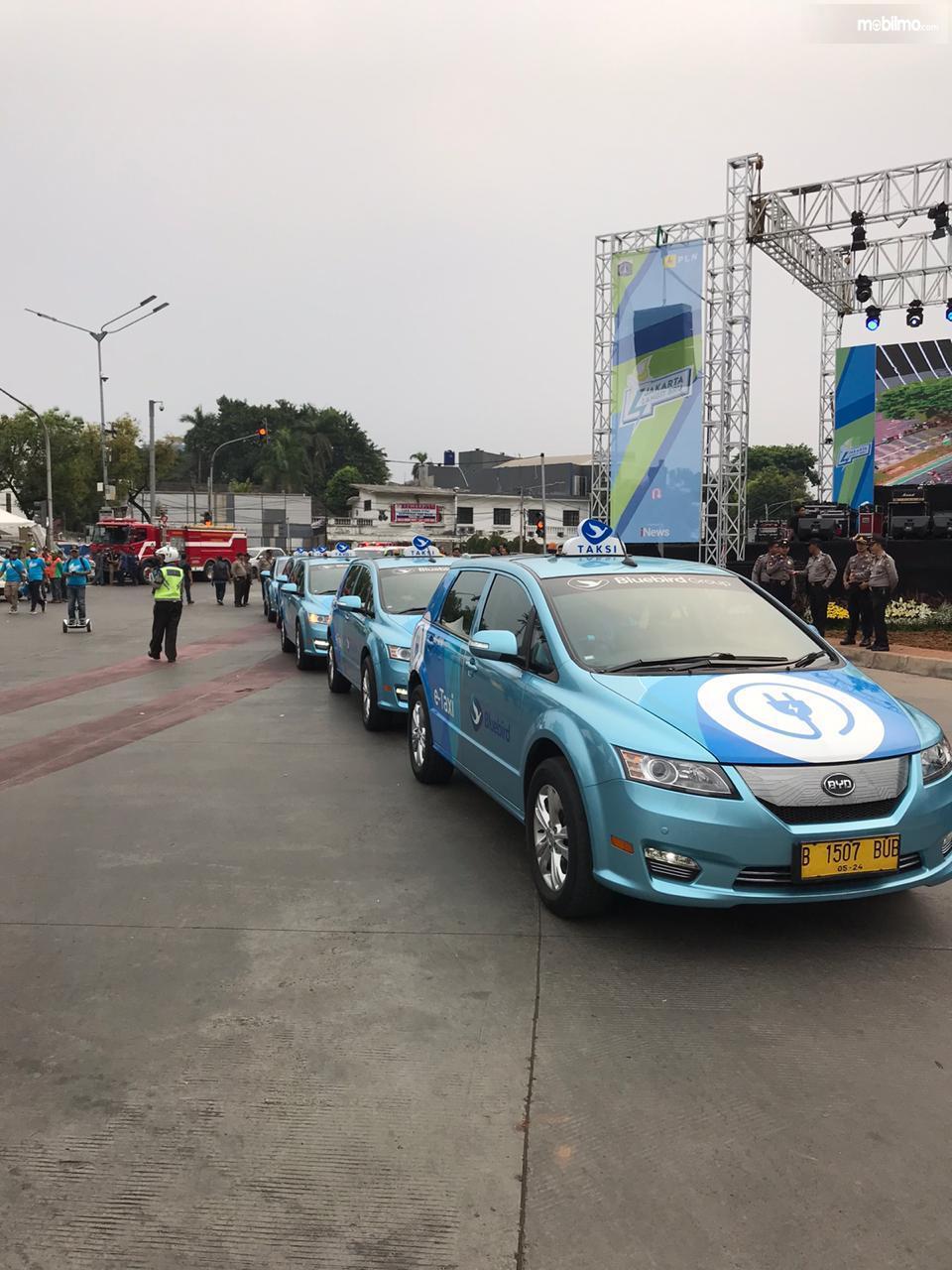 Foto konvoi mobil taksi listrik e-blueblird