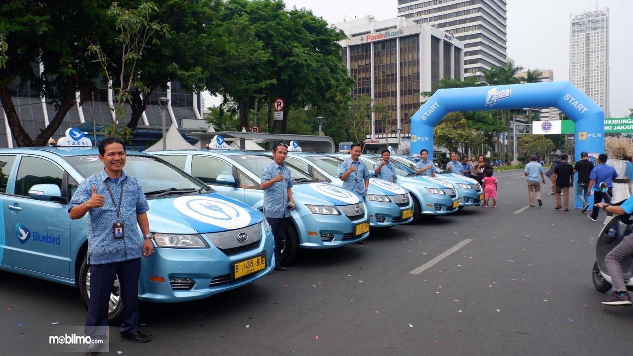 Foto jajaran mobil taksi listrik e-blueblird