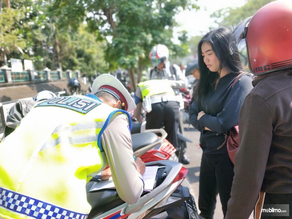 Foto pengendara motor terkena tilang saat razia kepolisian