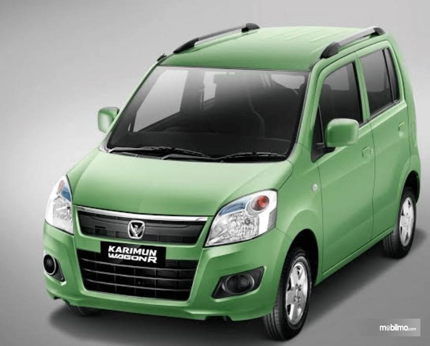 Gambar ini menunjukkan Mobil Suzuki Wagon R warna hijau