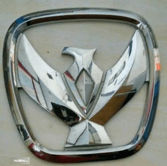 Gambar ini menunjukkan logo mobil pada Suzuki Wagon R