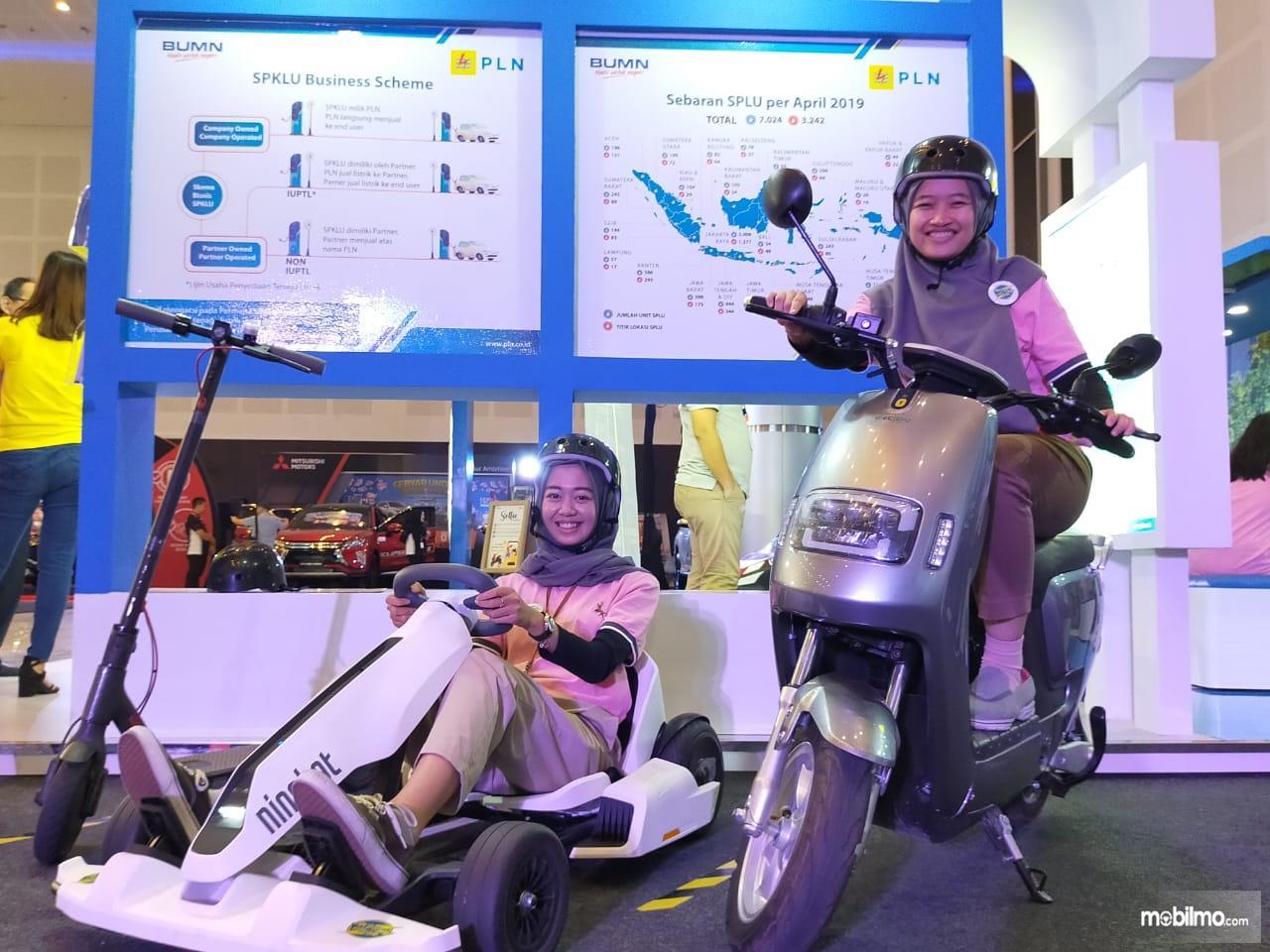 Pengunjung pameran IIM Surabaya 2019 mencoba kendaraan litrik