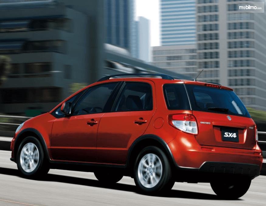 Gambar ini menunjukkan bagian samping kiri dan belakang mobil Suzuki SX4 X-Over 2007