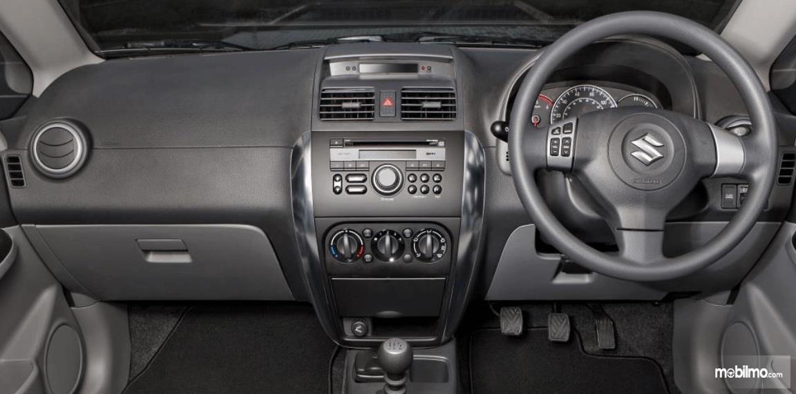 Gambar ini menunjukkan dashboard dan kemudi mobil Suzuki SX4 X-Over 2007