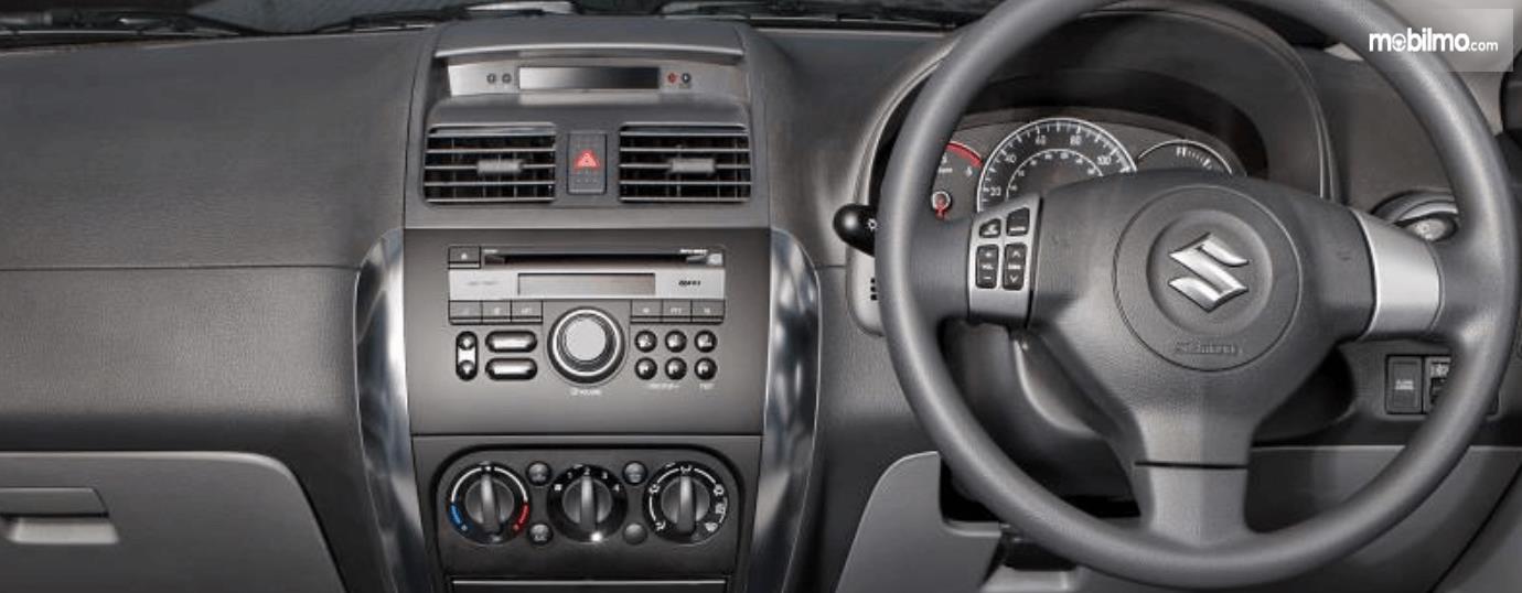 Gambar ini menunjukkan fitur pada head unit dan kemudi mobil Suzuki SX4 X-Over 2007