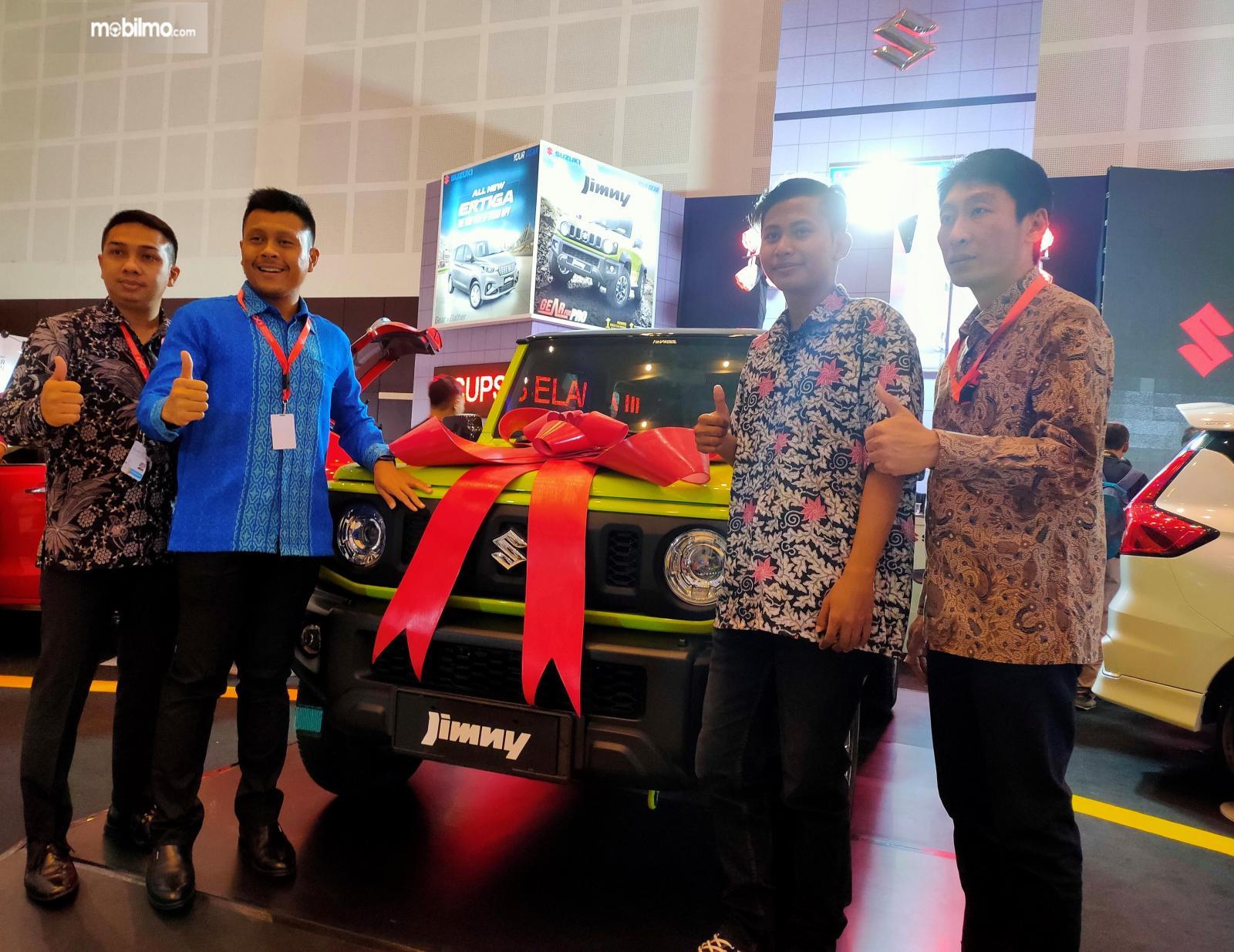Foto penyerahan Suzuki Jimny kepada pemenang undian