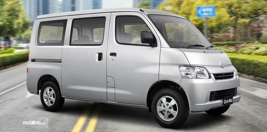 Foto Daihatsu Gran Max tampak dari samping depan