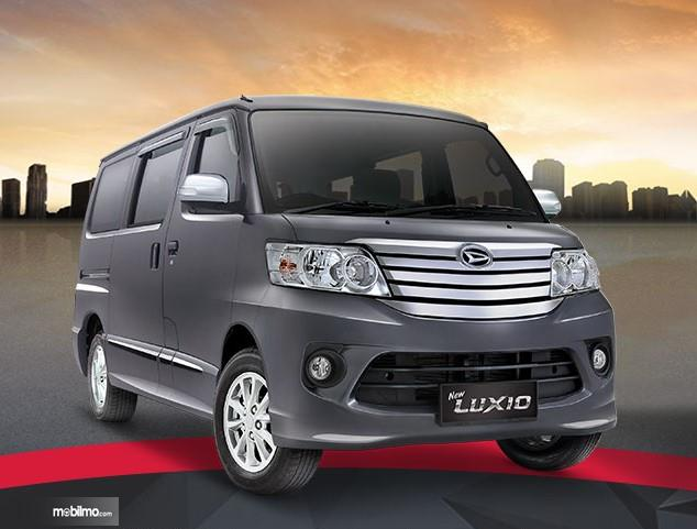 Foto Daihatsu Luxio tampak dari samping depan