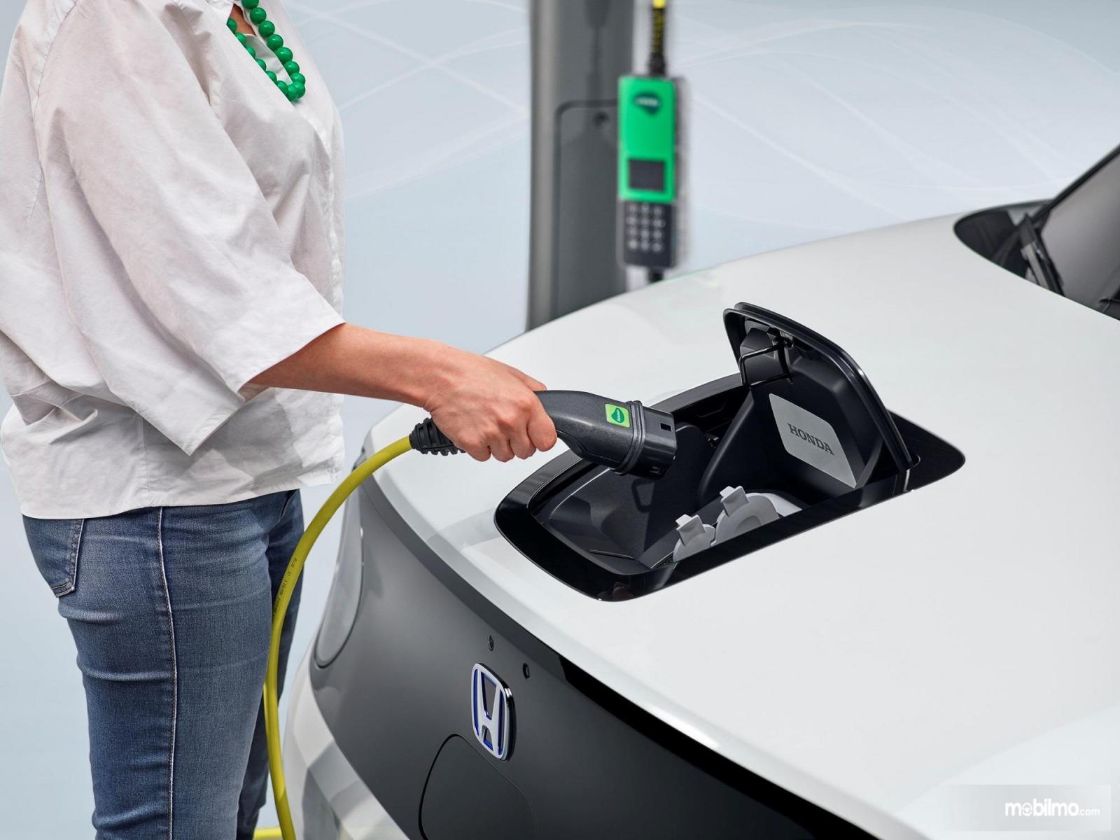 Foto pengisian daya mobil listrik Honda