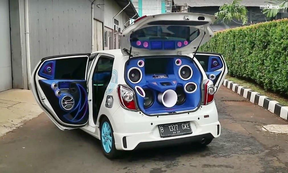 Foto mobil dengan modifikasi sistem audio