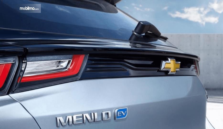 Gambar ini menunjukkan teaser mobil listrik Chevrolet tampak belakang