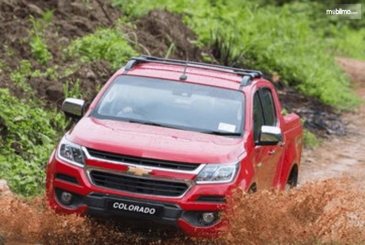 Gambar ini menunjukkan mobil Chevrolet Colorado warna merah tampak depan